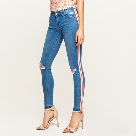 JEANS DESTROYED CON BANDE ROSA
